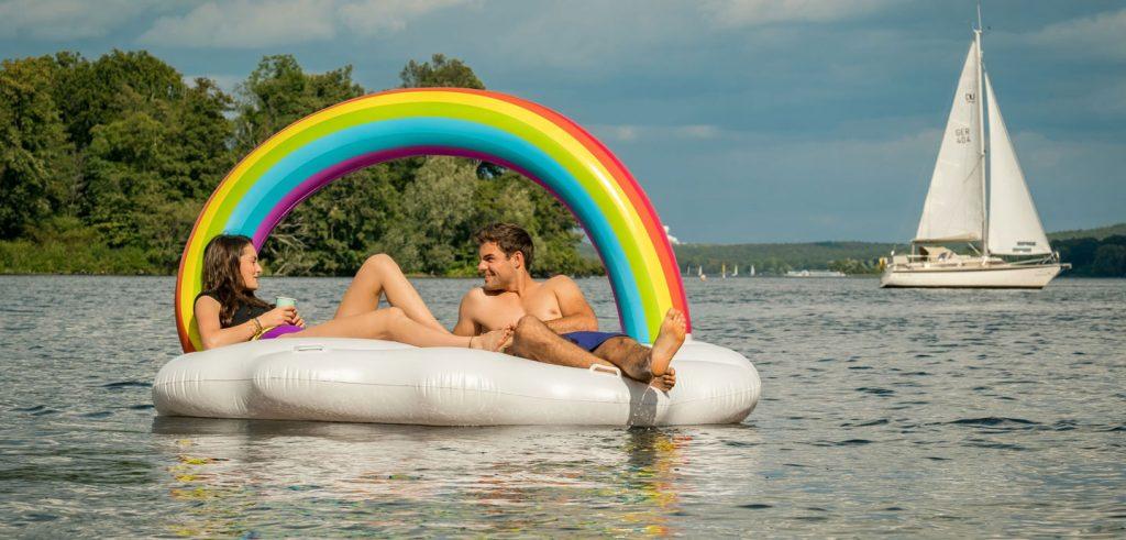 Zwei Personen auf einem See