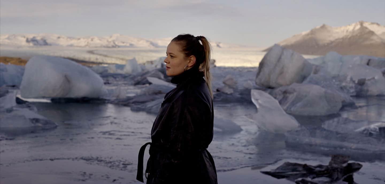 Lina Maly steht im Eis.
