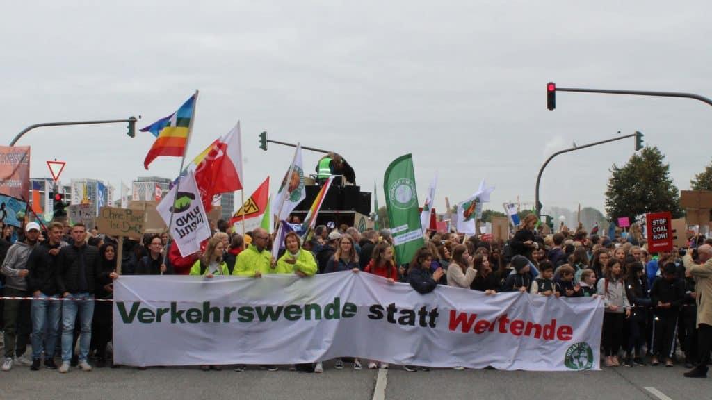 """Demonstranten mit einem Banner auf dem steht """"Verkehrswende statt Weltende"""""""