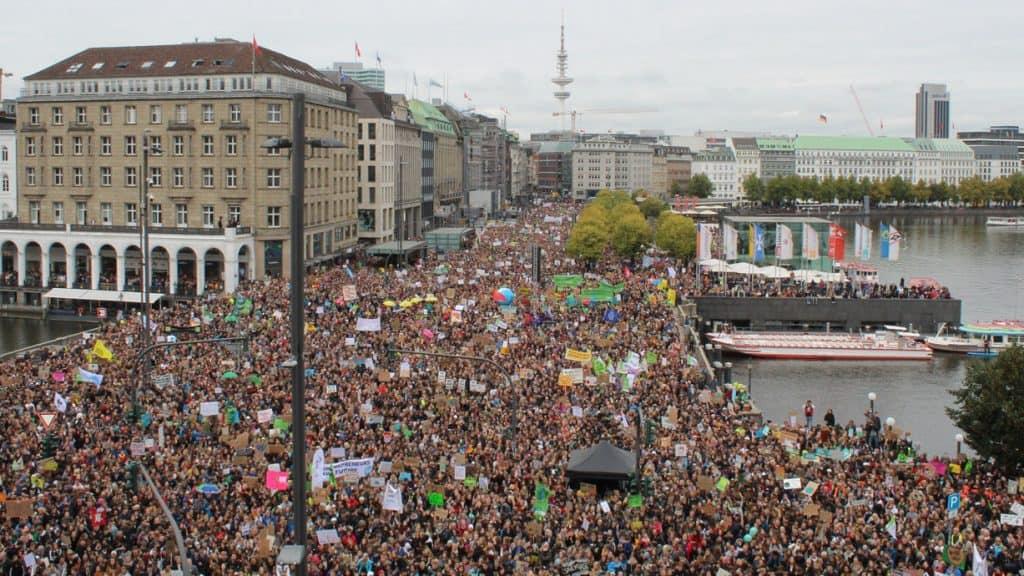 Viele Menschen demonstrieren bei Fridays for Future in Hamburg
