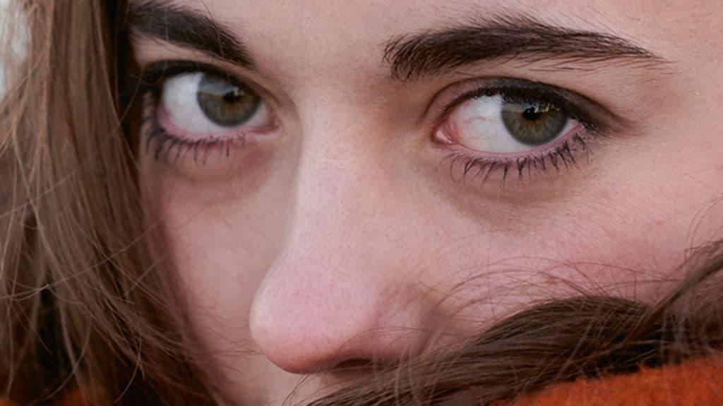 """Frau mit braunen Augen auf dem Cover von """"Lass mich"""""""
