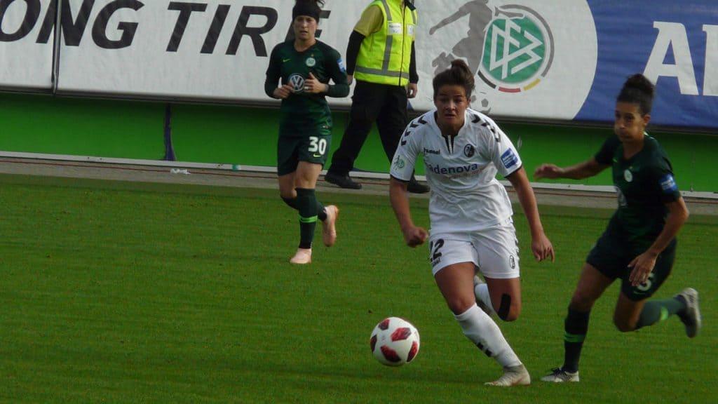 Lena Lotzen ist am Ball