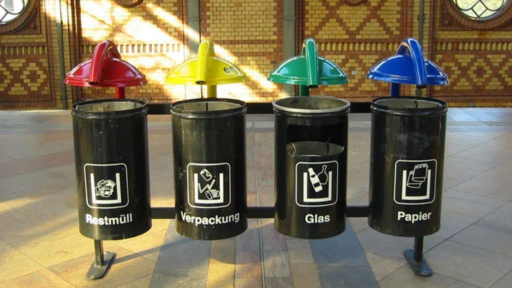 Mülltonnen an einem Bahnhof