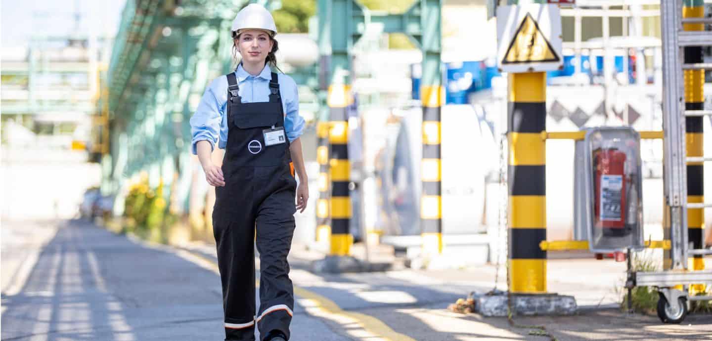 Traditionell zieht es eher Männer in die chemische Industrie. Covestro will daher gezielt mehr Frauen für die Arbeit in der Produktion gewinnen. Alina Della Mora, Lisa Meyer und Merve Koc gehen an den drei NRW-Standorten bereits heute als gutes Beispiel voran.