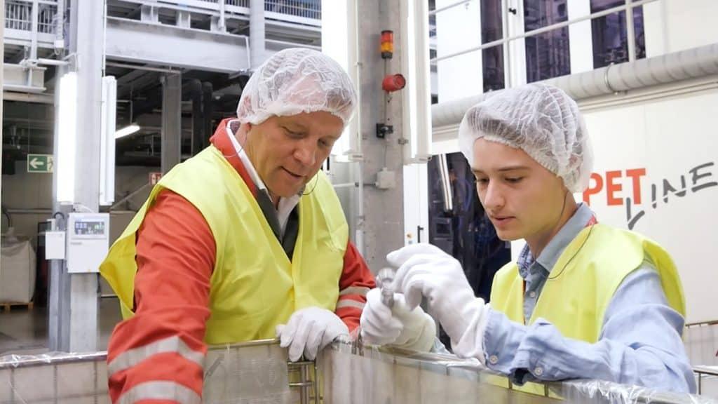 Es zählt nicht nur der Genuss allein: Coca-Cola arbeitet daran, die Verpackungen nachhaltiger zu gestalten.