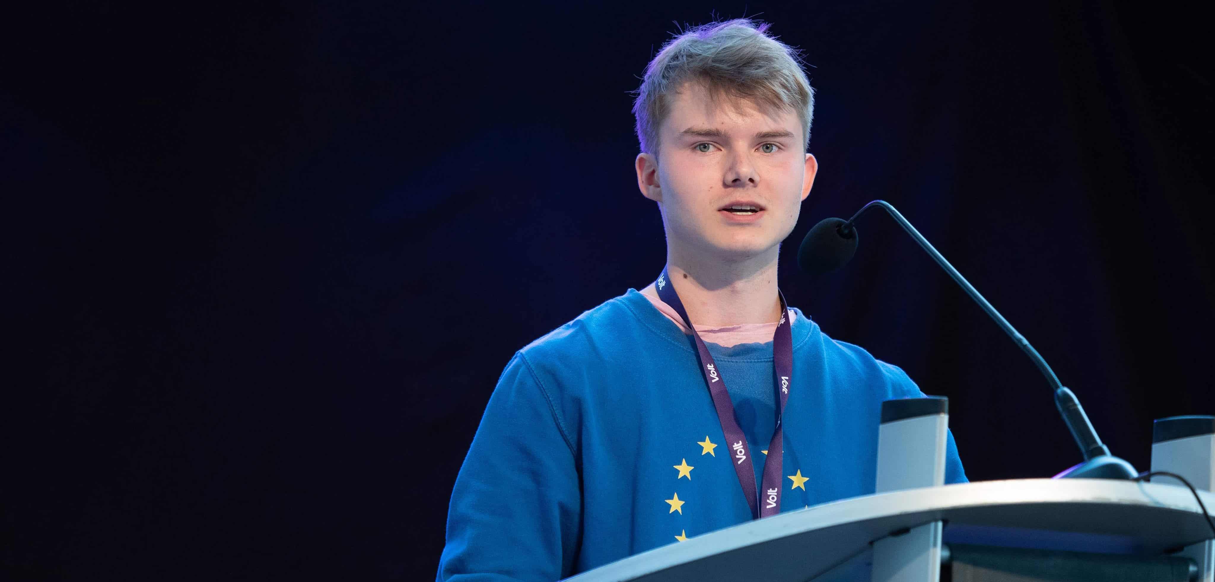 Volt ist jung, sowohl vom Gründungstag der Partei her als auch vom Alter der Mitglieder. Junge Menschen sind hier sichtbarer als in anderen Parteien. Im Vergleich zu der antieuropäischen Stimmung rund um den Brexit liefert Volt einen gegensätzlichen Ansatz, der die gesamteuropäische Politik verfolgt. Um mehr über die erst 2017 gegründete Partei herauszufinden, haben wir mit Konstantin Feist gesprochen. Der 19-Jährige ist seit Juli 2018 Mitglied bei Volt und einer der stellvertretenden Parteivorsitzenden.