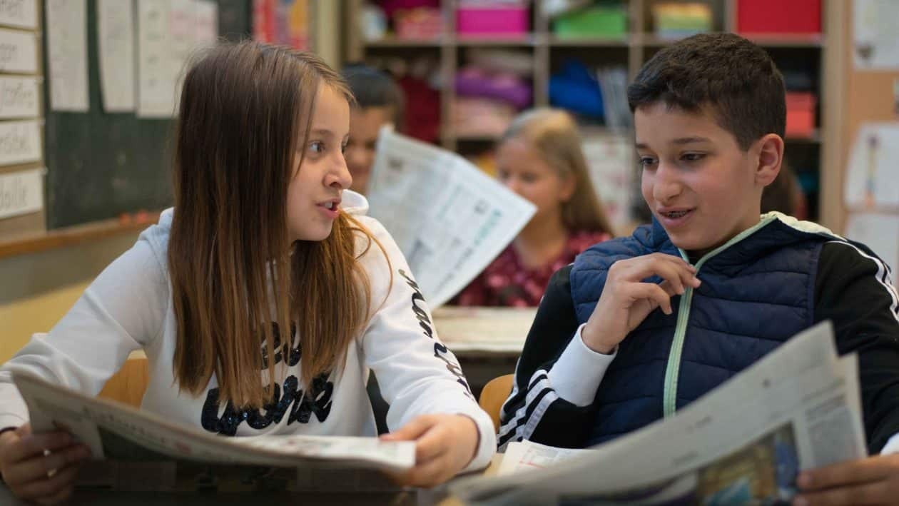Statt in die Schulbücher stecken die Schüler beim MEDIACAMPUS-Projekt ihre Nasen in die Zeitungen. Lehrer haben die Möglichkeit, mithilfe von Unterrichtsmaterialien und Zeitungssätzen den Unterricht mal ganz anders aufzuziehen. Wir haben mit der Braunschweiger Lehrerin Simone Hahn über ihre Erfahrungen mit dem Projekt gesprochen.