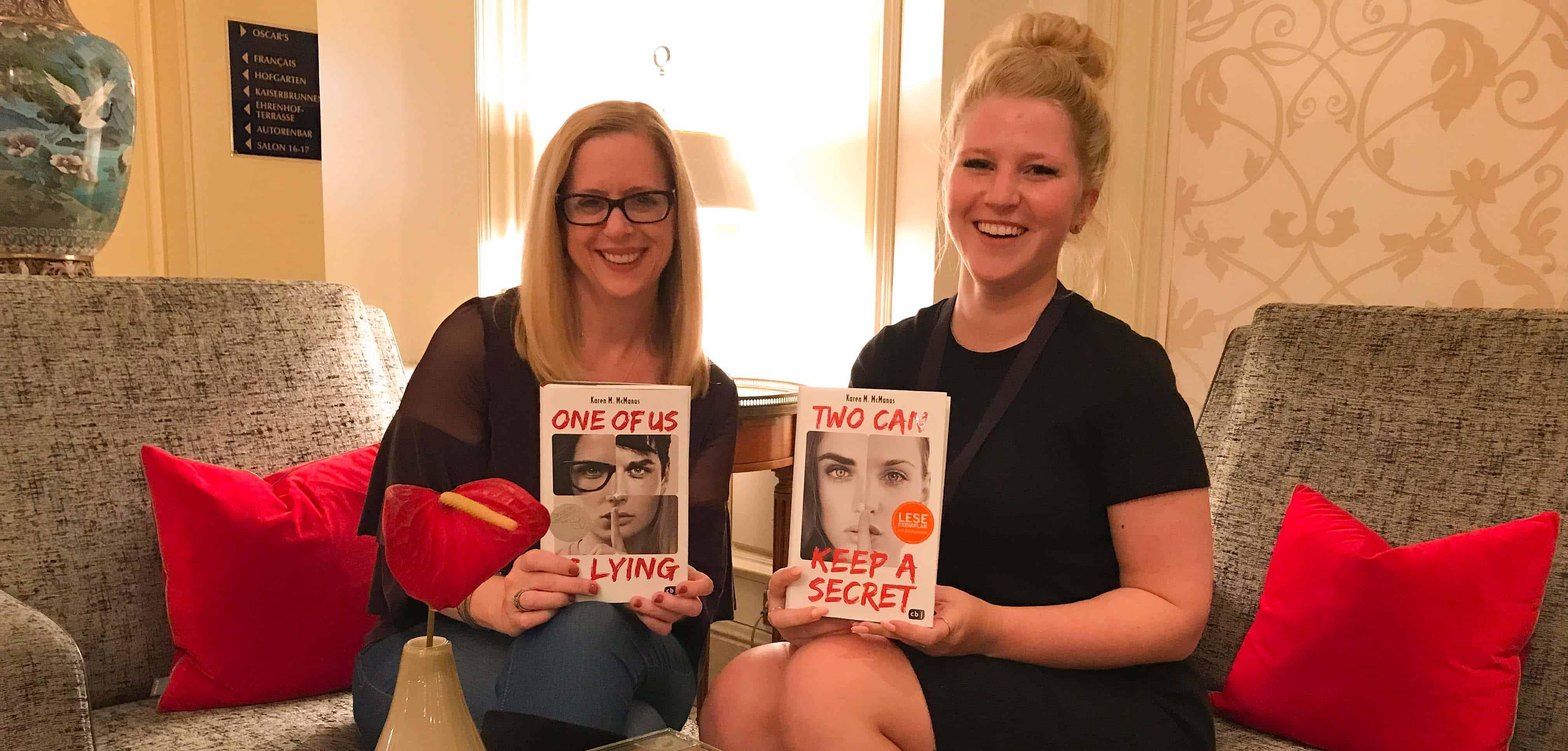 """it ihrem Debüt """"One of Us Is Lying"""" stürmte Karen M. McManus die """"New York Times""""-Bestsellerliste. Mittlerweile wurde ihr Jugendroman in 40 Sprachen übersetzt, der zweite Teil """"Two Can Keep a Secret"""" ist ebenfalls ein riesiger Erfolg."""