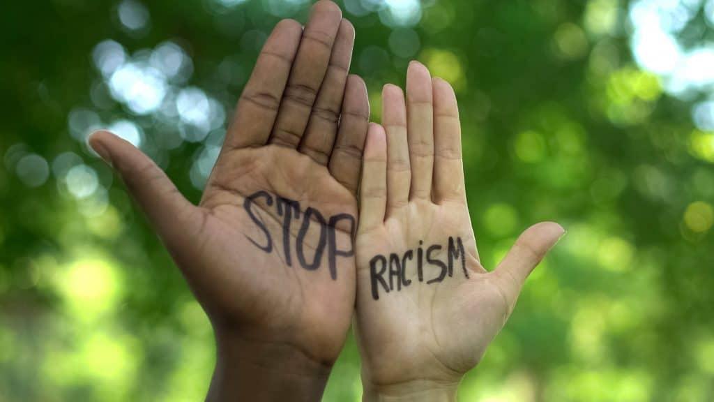 Wie reagieren, wenn uns jemand Rassismus vorwirft? Unsere Autorin möchte eine Entschuldigungskultur einführen, um ein Bewusstsein zu schaffen.