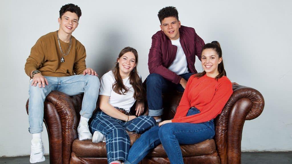 Die vier Jugendlichen haben durch die Produktionsfirma zusammen gefunden und stehen nun unter Plattenvertrag.