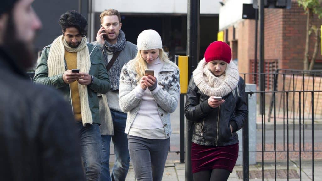 Das will Robin Bachmann ändern: Jugendliche am Handy.