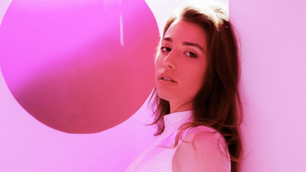 Die US-amerikanische Sängerin Alaina Castillo
