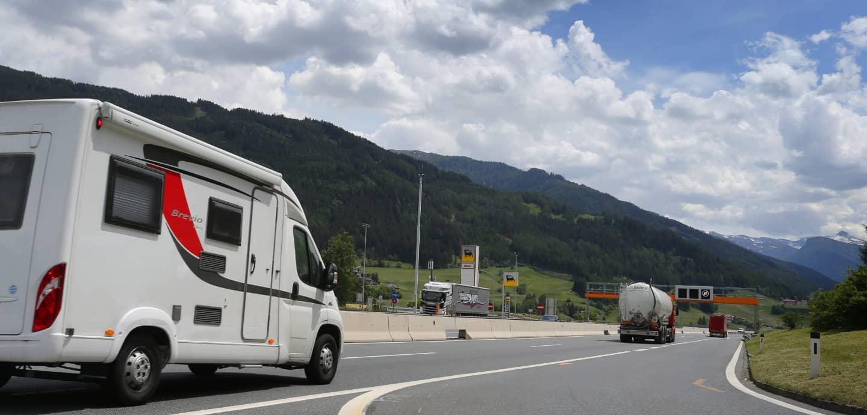 Ein Wohnwagen fährt auf dem Brennerpass nach Italien.
