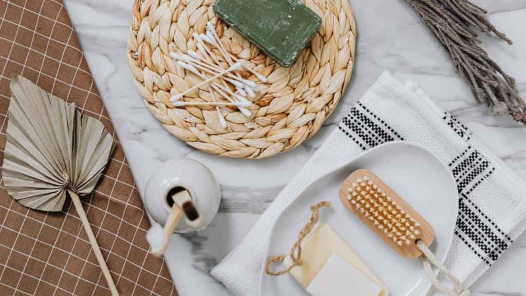 Badezimmertisch mit verschiedenen Kosmetikprodukten