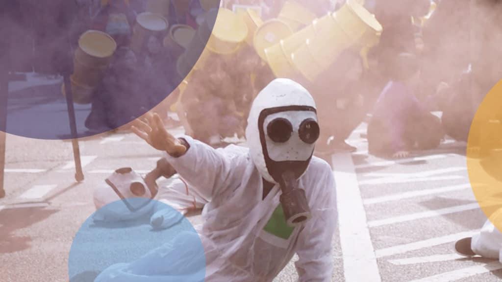 Kind mit Gasmaske bei Atomwaffenprotest