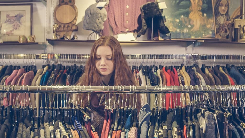 Frau beim Second Hand Shopping
