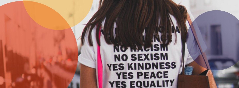 Frau von hinten mit Gleichberechtigungs-T-Shirt