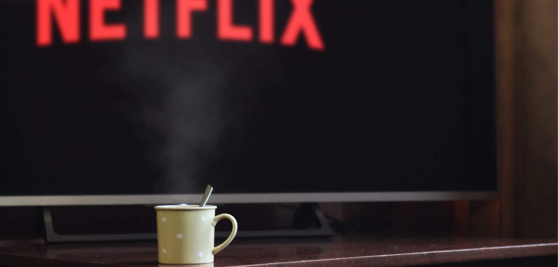Netflix-Screen mit Tasse davor
