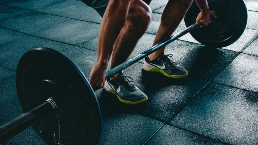 Mann beim Gewichtheben