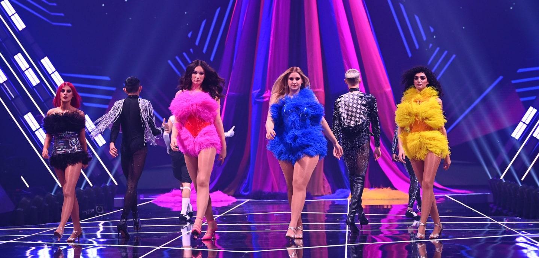 Kandidatinnen auf dem Laufsteg in buntem Licht und bunten Kleidern