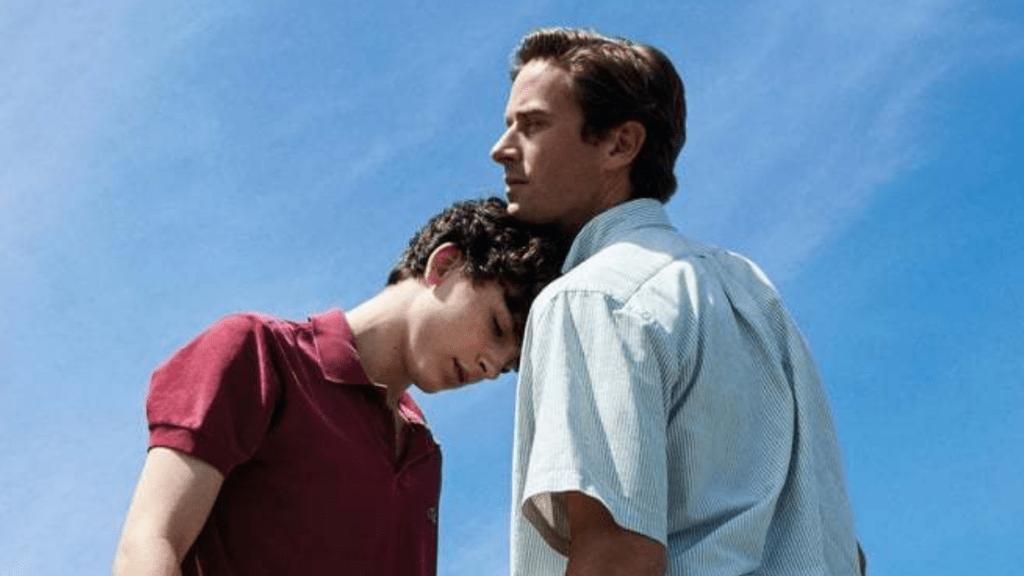 Ein Mann legt den Kopf auf die Schulter von einem anderen Mann.