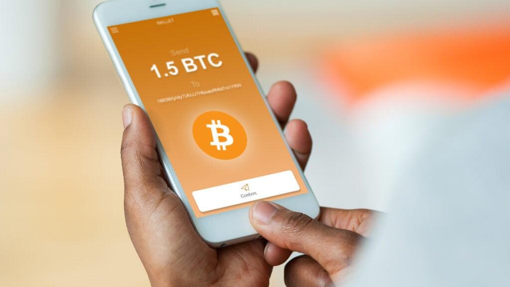 Handy mit Bitcoin-Symbol auf dem Display