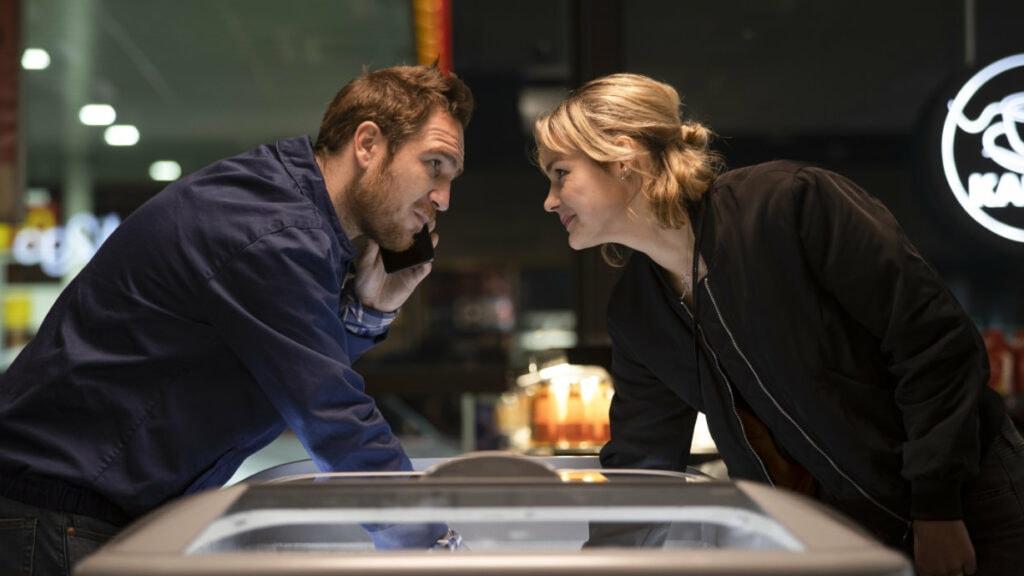 Tim (Frederick Lau) und Ghost (Luise Heyer) stehen sich gegenüber und greifen beide in eine Eistruhe hinein.