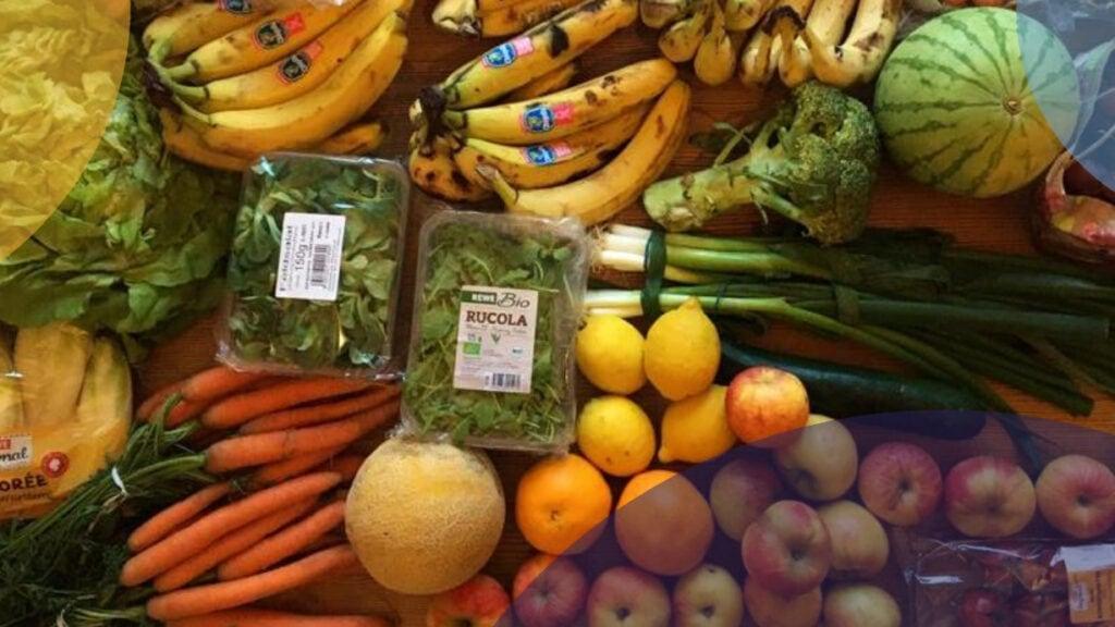 Verschiedenes Gemüse und Obst liegt auf einem Tisch.