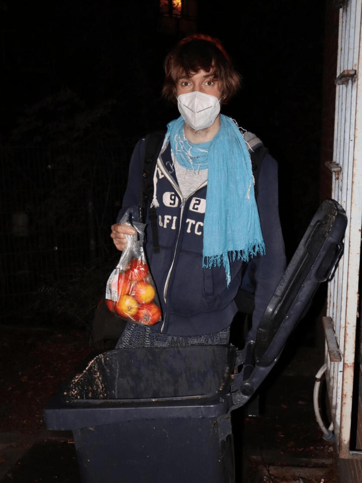 Marcoo Valentínoo hält gerettete Äpfel in der Hand.