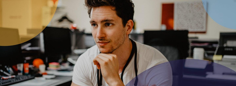 A: Felix Berndt, Arzt und medizinischer Influencer, sitzt auf einem Stuhl in einer Arztpraxis und hat um seinen Hals ein Stethoskop.