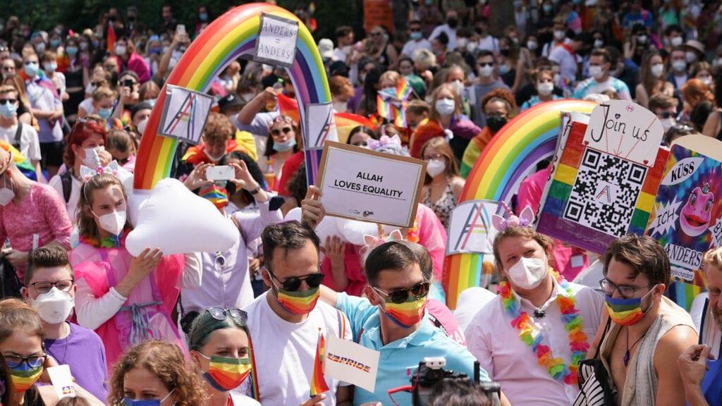 Protestierende mit Regenbogenflaggen