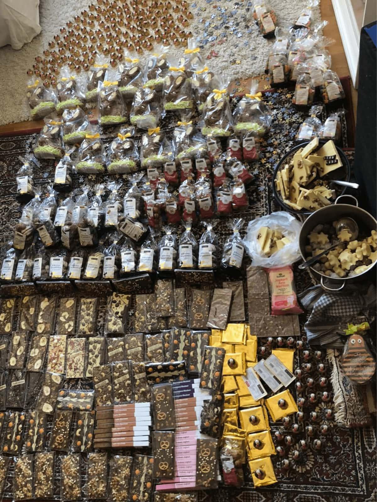 Containerte Pralinen, Schokolade und Marzipan liegen angeordnet auf dem Boden