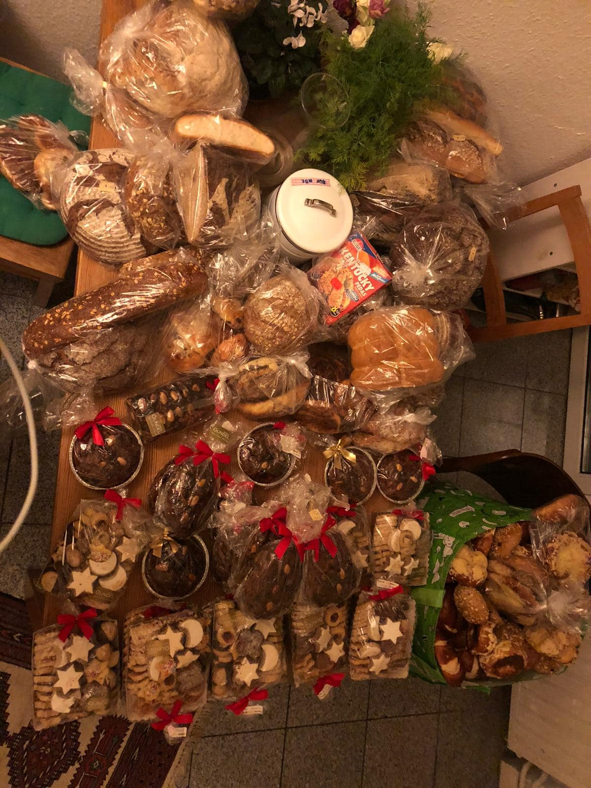 Viele Brot und Backwaren liegen verteilt auf einem Tisch.