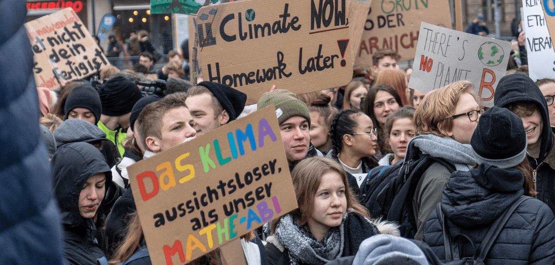Junge Menschen protestieren auf einer