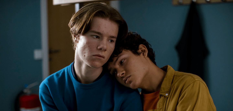 Prinz Wilhelm (Edvin Ryding) lehnt auf der Schulter eines Jungen.
