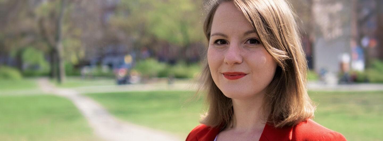 Portraitfoto von Annika Klose vor einer grünen Wiese