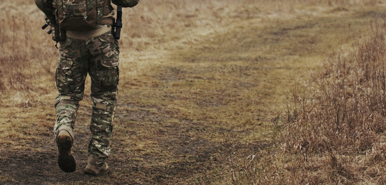 Bundeswehrsoldatenbeine auf einem feldweg