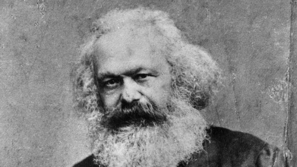 Ein Bild in schwarz weiß von Karl Marx