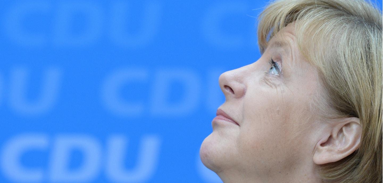 Merkel schaut im Profil nach oben