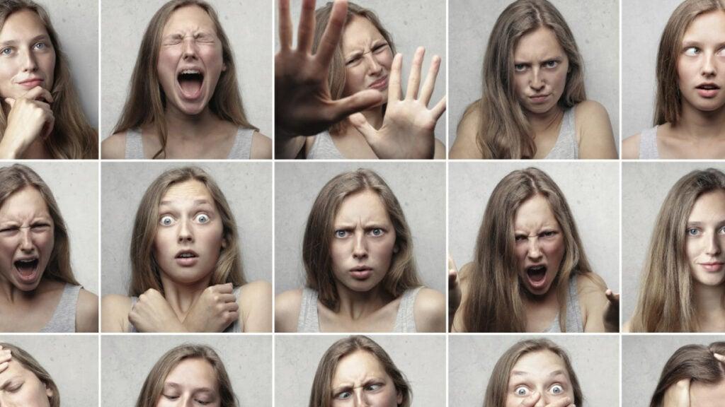 Eine Frau mimt verschiedene Gesichtsausdrücke