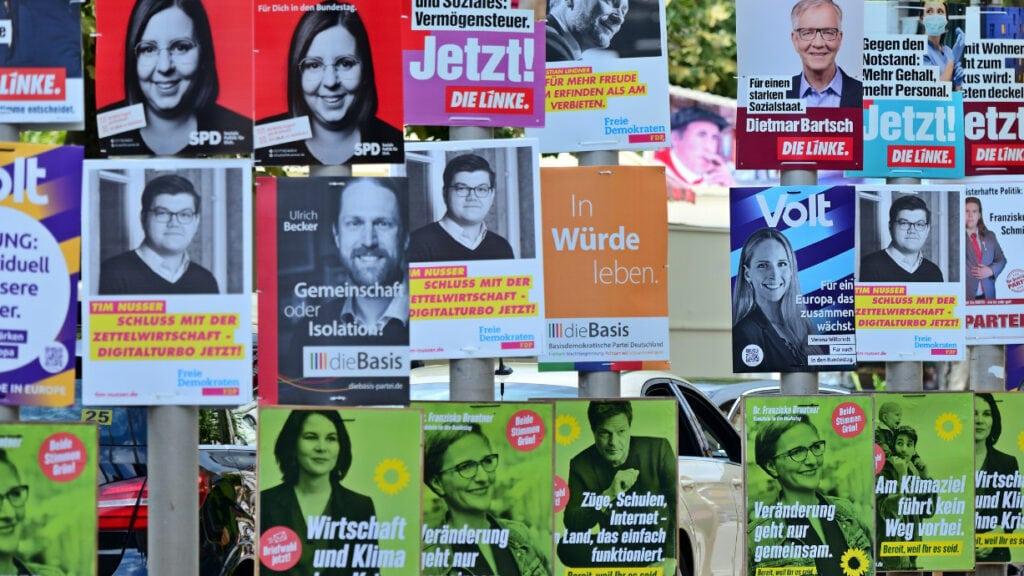 Laternenpfähle komplett dicht mit Wahlkampfplakaten