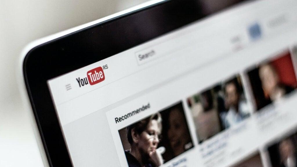 Ein Laptop auf dem der YouTube Feed geöffnet ist