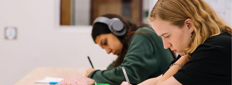 Zwei Schülerinnen lernen konzentriert in der Schule.
