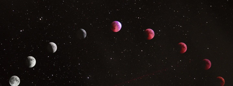 neun Monde von weiß nach rose schweben vor einem Sternenhimmel
