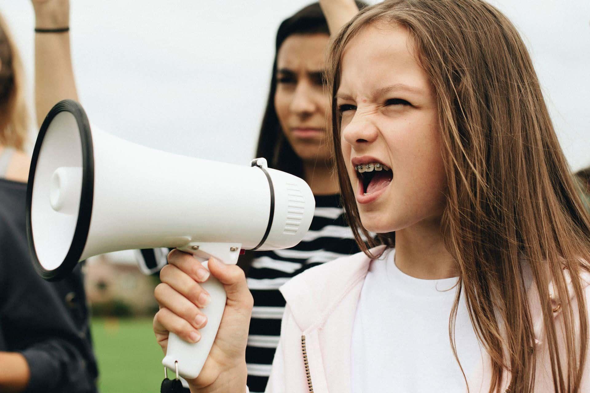 Ein junges Mädchen protestiert