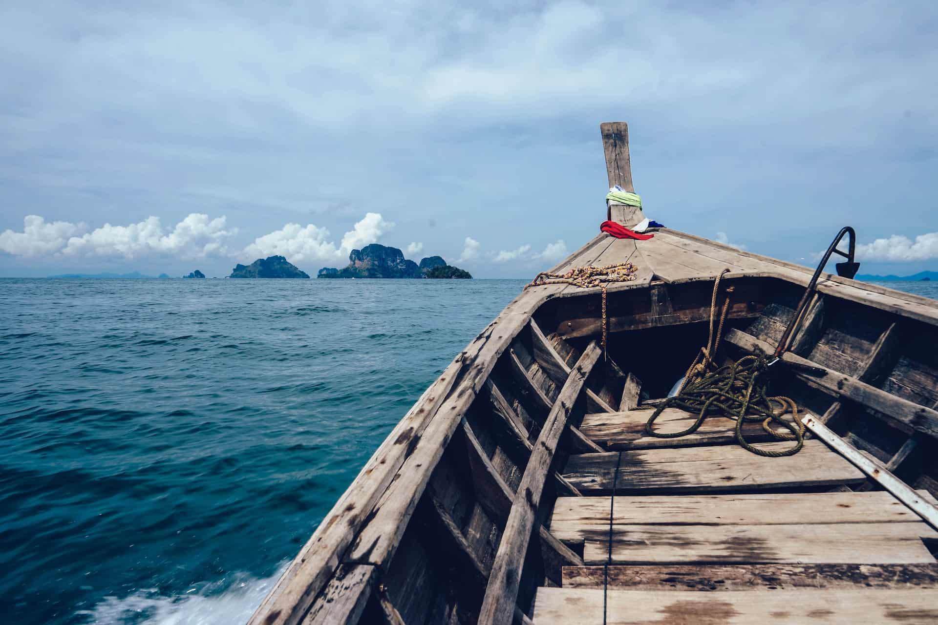 Buk eines Bootes auf dem Meer