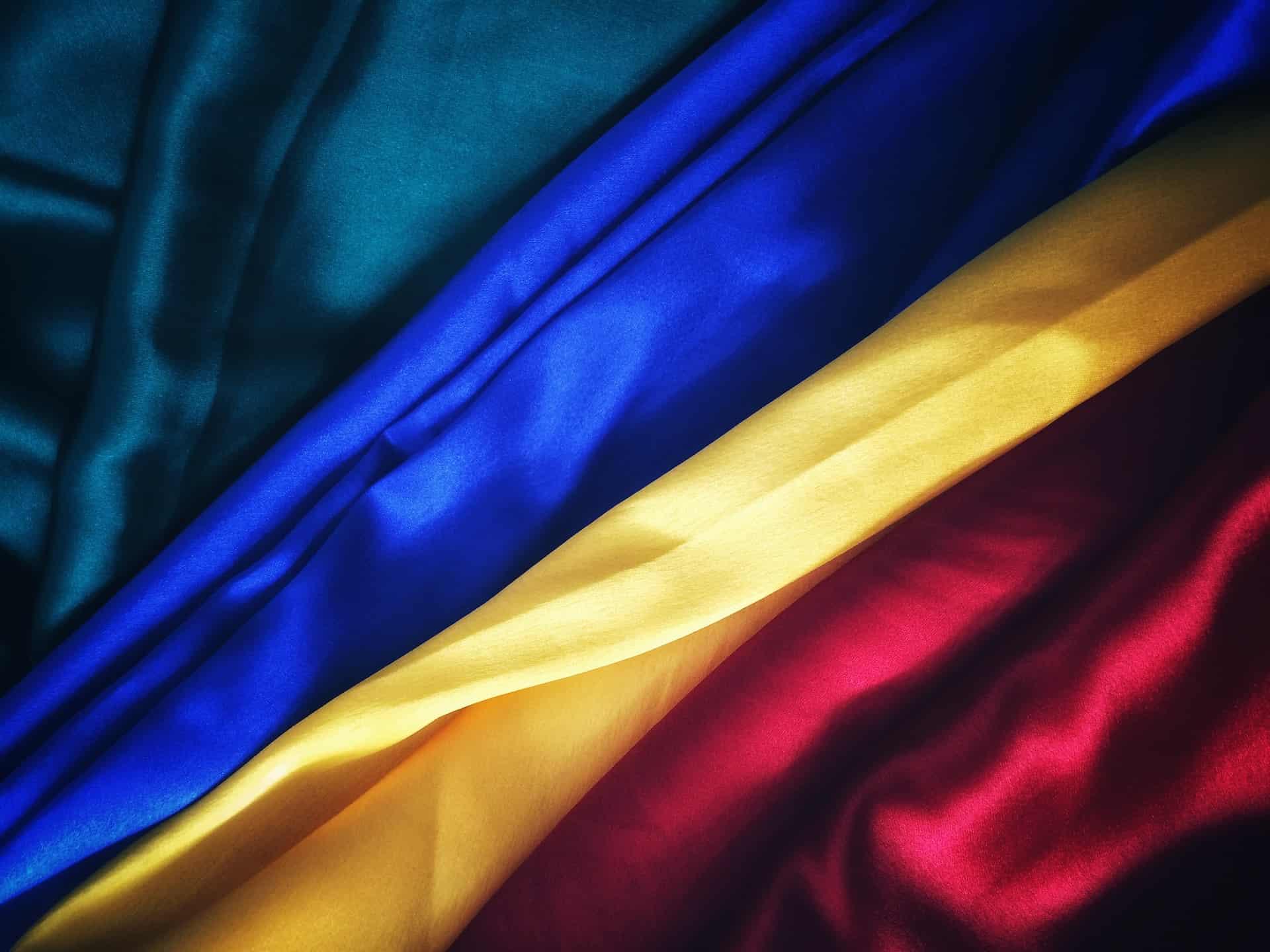 Stoffe in blau, gelb und rot, de Farben der rumänischen Flagge